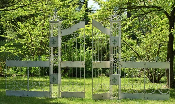 GARDEN GATE WITH 4 PIECES OF FENCE WITH THE BLUE FLEUR-DE-LIS